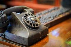 Tappningståltelefon på den wood tabelen royaltyfri fotografi