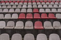 Tappningstadion presiderar gammal tid som inte används med rött damm och vitfärger royaltyfria foton