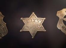 Tappningstadsmarskalk Badge arkivfoto