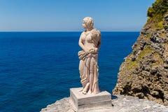 Tappningstaty av en kvinna i klassisk stil på förmögenhetislaen Arkivbilder