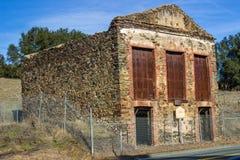 Tappningstenbyggnad med järndörrar arkivbild