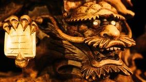 Tappningstil av kines Dragon Statue under fot av den Guanyin Buddhastatyn med ljus mörk bakgrund Fotografering för Bildbyråer
