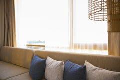 Tappningstil av kuddar på sängsoffan royaltyfri foto