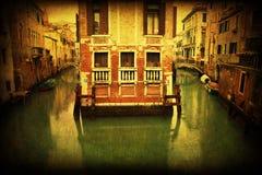 Tappningstilbild av en kanal och gamla byggnader i Venedig royaltyfri fotografi