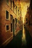 Tappningstilbild av en typisk kanal i Venedig Arkivbilder
