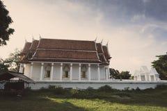 Tappningstilfoto som är härligt av den offentliga forntida gamla vita viharakorridoren buddha Royaltyfria Foton
