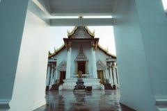 Tappningstilfoto som är härligt av den offentliga forntida gamla vita viharakorridoren buddha Arkivfoton
