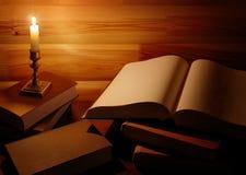 Tappningstilleben med gamla böcker och stearinljuset royaltyfria foton