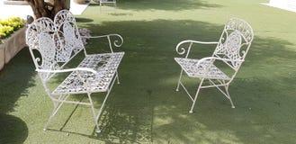 Tappningstol och bänk för vit metall fotografering för bildbyråer