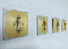 Tappningströmbrytare och strömbrytare på väggen royaltyfria bilder