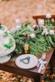 Tappningtadle som dekoreras med granen, förgrena sig i den soliga höstdagen för skogen Royaltyfri Foto