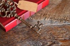 Tappningtangenter och röd bok Arkivbild