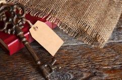 Tappningtangenter och röd bok Royaltyfri Foto
