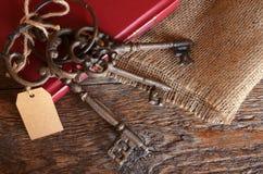 Tappningtangenter och röd bok Royaltyfri Bild