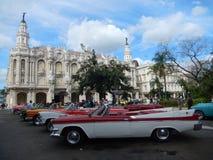 TAPPNINGTAXIBILAR OCH DEN STORA TEATERN, HAVANNACIGARR, KUBA Royaltyfri Bild