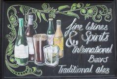 Tappningtecken av alkoholdrycker utanför en bar royaltyfri foto