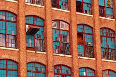 Tappningtegelsten maler fasaden Arkivbild