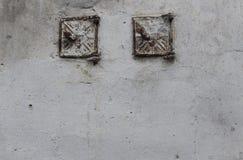 Tappningtegelstenvägg med textur eller bakgrund för vit skadad murbruk horisontal Kalkad vägg i inre som göras av det gamla cet Arkivfoto