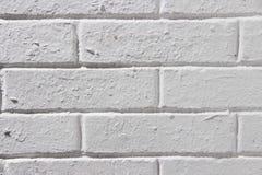 Tappningtegelstenvägg med vit murbrukfyrkanttextur eller bakgrund Den kalkade väggen målade tegelstenar gammal stenväggwhite arkivbilder