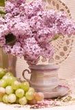 Tappningtekopp med vårblommor Royaltyfri Fotografi