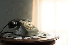 Tappningtelefon i vardagsrummet Fotografering för Bildbyråer