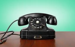 Tappningtelefoner - svärta en retro telefon Arkivfoto