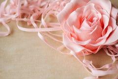 Tappningtextur med en ros på lin Royaltyfria Bilder