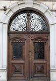 Tappningträbrun dörrnärbild med införingar och modeller royaltyfri fotografi