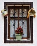 Tappningträfönsterram med hängd krukmakeri Arkivfoto
