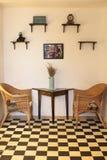Tappningträhylla och tabell i kafé royaltyfria bilder