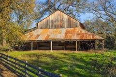 Tappningträladugård med Rusty Tin Roof Arkivfoton