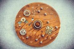Tappningträtabell med te och den blom- dekoren arkivbild