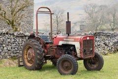 Tappningtraktor på den Yorkshire lantgården Royaltyfri Bild