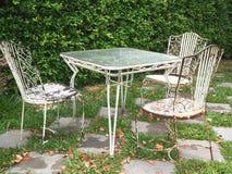 Tappninguppsättning av tabell och stolar i trädgården royaltyfri fotografi