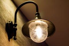 Tappningväggljus, ljus i byggnad, klassiskt ljus i tappningrum royaltyfria bilder