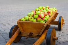 Tappningvagn mycket av äpplen Royaltyfri Foto