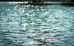 Tappningvattenbokeh i floden Arkivfoton