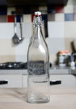 Tappningvattenflaska med kapsylen Arkivfoto