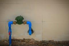 Tappningvattenmeter som installeras med bronsskarven, PVC-armbågeconne Fotografering för Bildbyråer