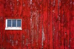 Tapume vermelho da parede do celeiro, com janela Fotos de Stock Royalty Free