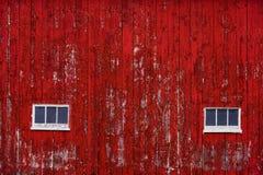 Tapume vermelho da parede do celeiro com janelas Fotografia de Stock Royalty Free