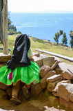 TAQUILE海岛,普诺,秘鲁 2013年5月31日:传统上使用在他的房子前面的加工好的小孩 免版税图库摄影