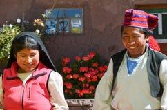 TAQUILE海岛,普诺,秘鲁 2013年5月31日:在传统衣裳的未认出的当地夫妇在Taquile海岛上, Titicaca lak的 图库摄影