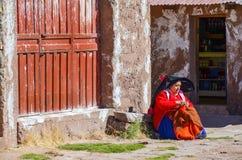 TAQUILE海岛,普诺,秘鲁 2013年5月31日:从艾马拉社区的人,他们五颜六色的服装的,是著名的他们美好的12月 免版税图库摄影