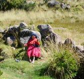 TAQUILE海岛,普诺,秘鲁 2013年5月31日:从艾马拉社区的人,他们五颜六色的服装的,是著名的他们美好的12月 库存图片