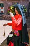 TAQUILE海岛,普诺,秘鲁 2013年5月31日:从艾马拉社区的人,他们五颜六色的服装的,是著名的他们美好的12月 免版税库存图片