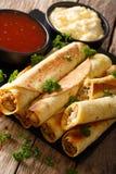 Taquitos с концом-вверх цыпленка и сыра, так же, как соусами Ve Стоковые Изображения