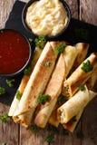 Taquitos med höna- och ostnärbild såväl som såser Ve Royaltyfria Bilder