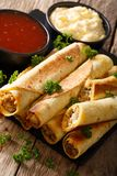 Taquitos med höna- och ostnärbild såväl som såser Ve Arkivbilder