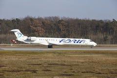 """Tar †""""Adria Airways Canadair 900 Frankfurt för den internationella flygplatsen av Fotografering för Bildbyråer"""